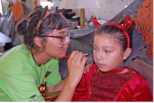 Ventura College student Izzy Morones helped paint faces for a City Corps Halloween event. Photo/Alex Phelps, The Foothill Dragon Press