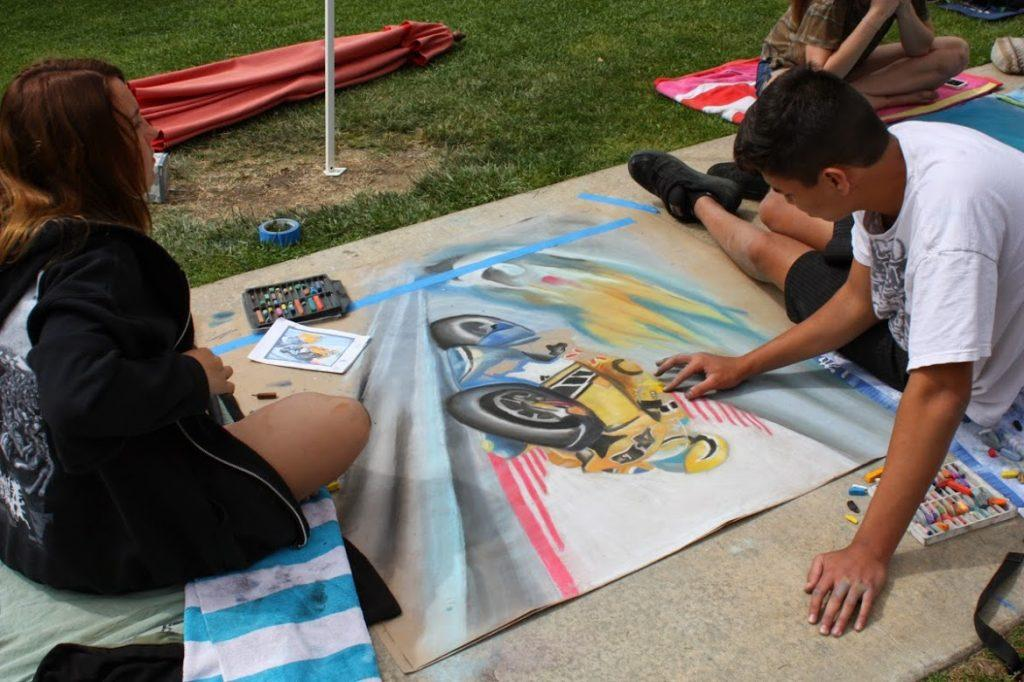 Juniors Lucy Knowles and Michael Hampton bask in the sun while working hard on their art piece. Credit: Maddy Schmitt/The Foothill Dragon Press