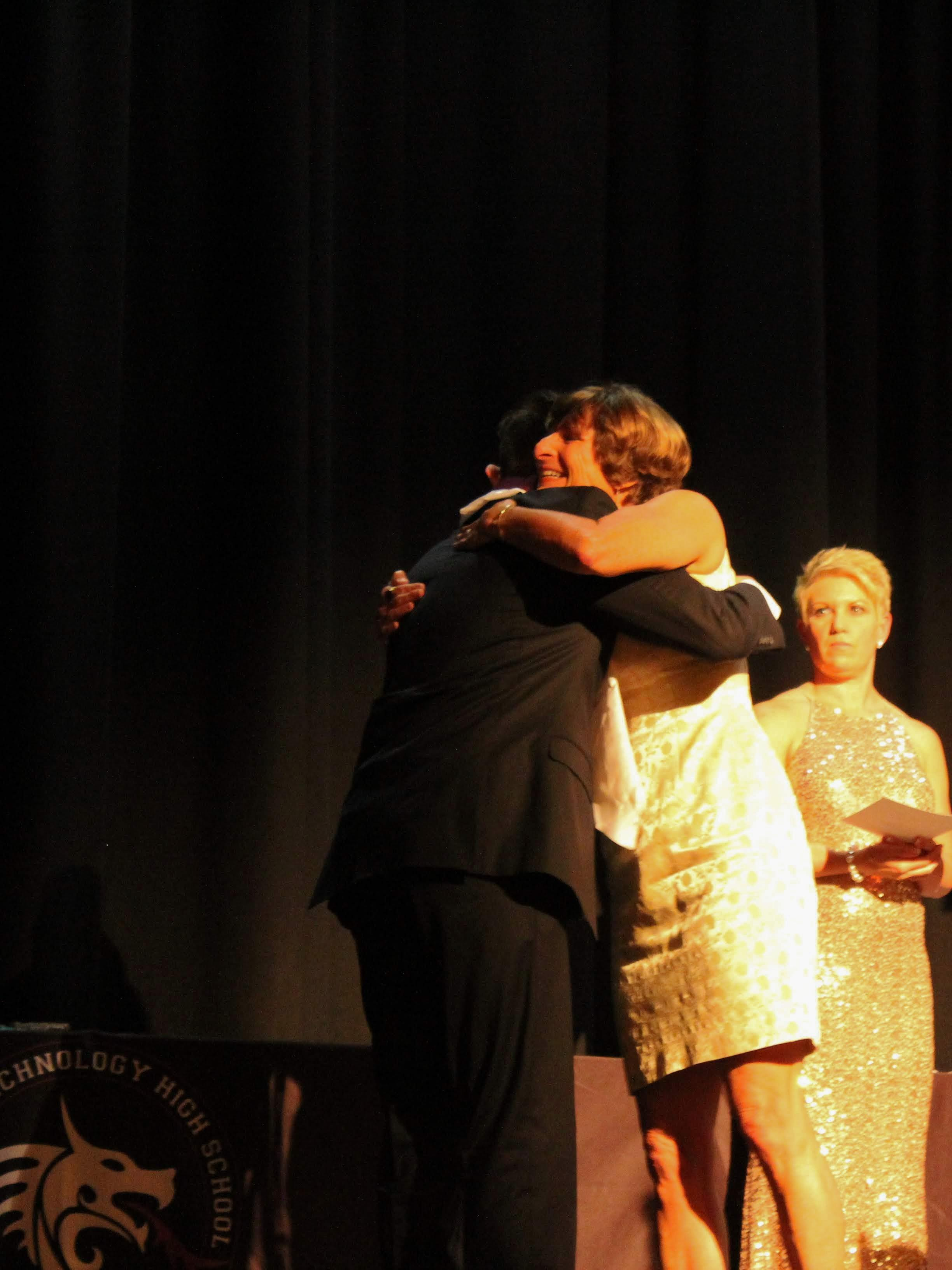 Cherie Eulau congratulates an award winner with a hug. Credit: Quinn Dinkler / The Foothill Dragon Press