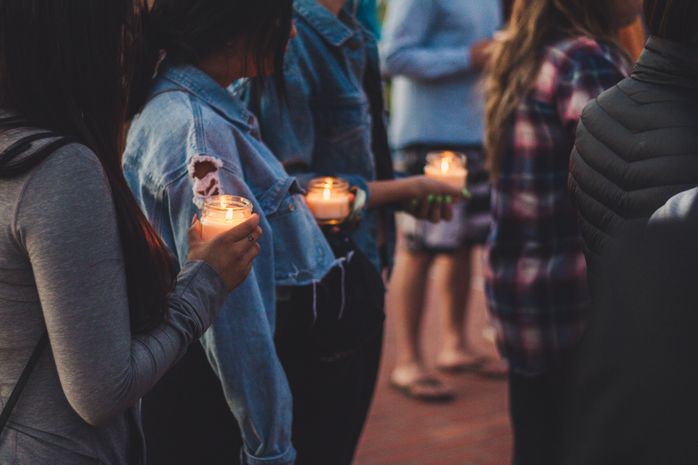 Venturans hold candles to mourn the loss of those murdered at the Borderline Bar & Grill in Thousand Oaks, Ca. Credit: Stefan Fahr / The Foothill Dragon Press