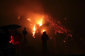News reporters watch as the Thomas fire spreads into the western hillsides across from the Ventura Avenue. Credit: Stefan Fahr / The Foothill Dragon Press