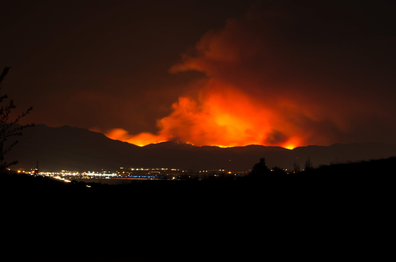 Infernos rage in the hills above Camarillo, pulsating in brightness as wind conditions fuel the fire. Credit: Stefan Fahr / The Foothill Dragon Press