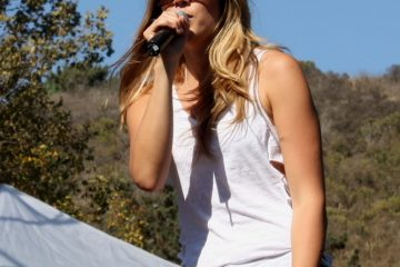 Colbie Caillat belts out a song for the audience of the 2010 Ventura Hillsides Music Festival. Photo and slideshow by Rachel Crane of·The Foothill Dragon Press.
