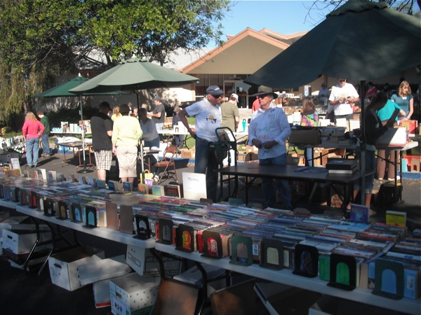 Volunteers gather October 9 at former Wright Library for book sale. Eva Morales/The Foothill Dragon Press.