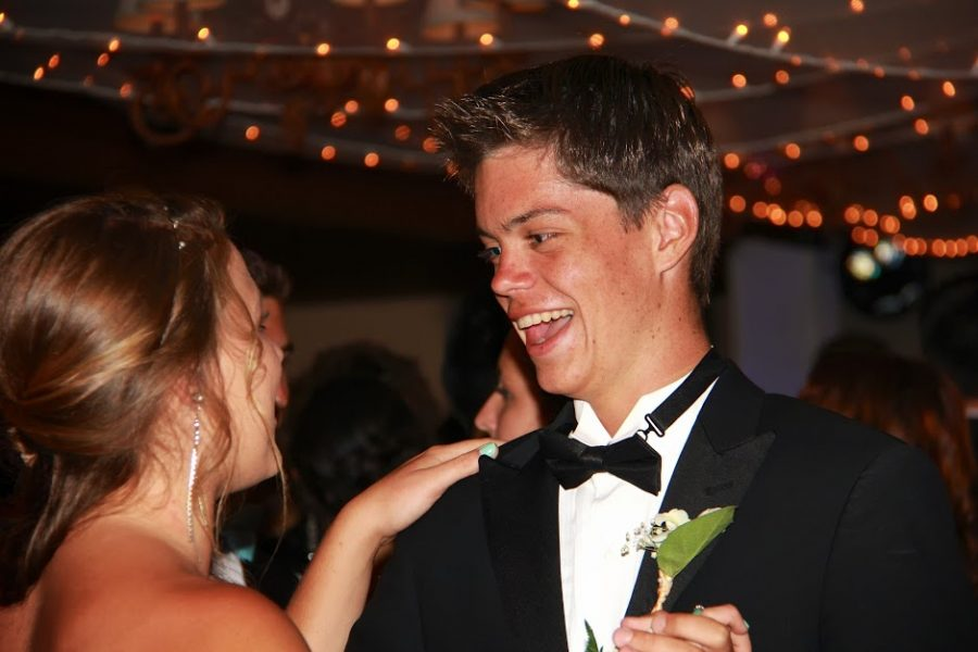 Magic fills the air of the Saticoy Country Club at Foothill's annual prom (35 photos)