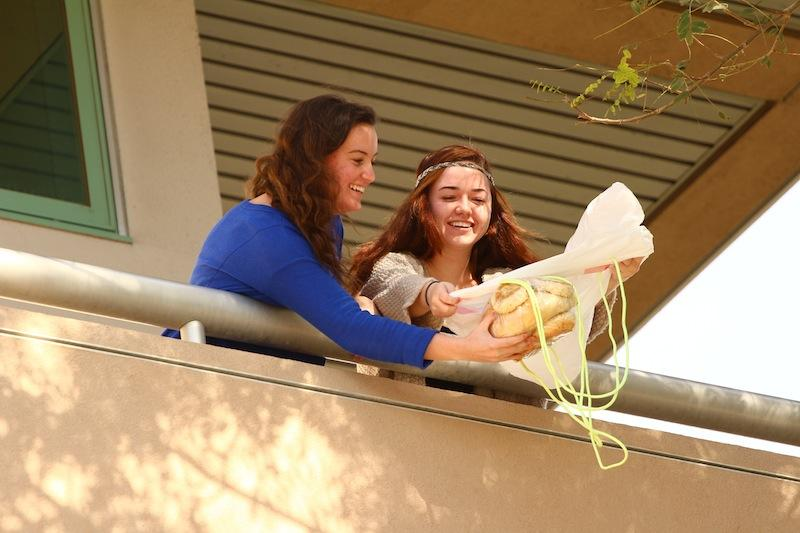 Foothill+Seniors%2C+Bridget+Coonan+and+Amy+Bradford%2C+prepare+to+drop+their+egg-protecting+contraption.+Credit+Aysen+Tan%2FThe+Foothill+Dragon+Press+