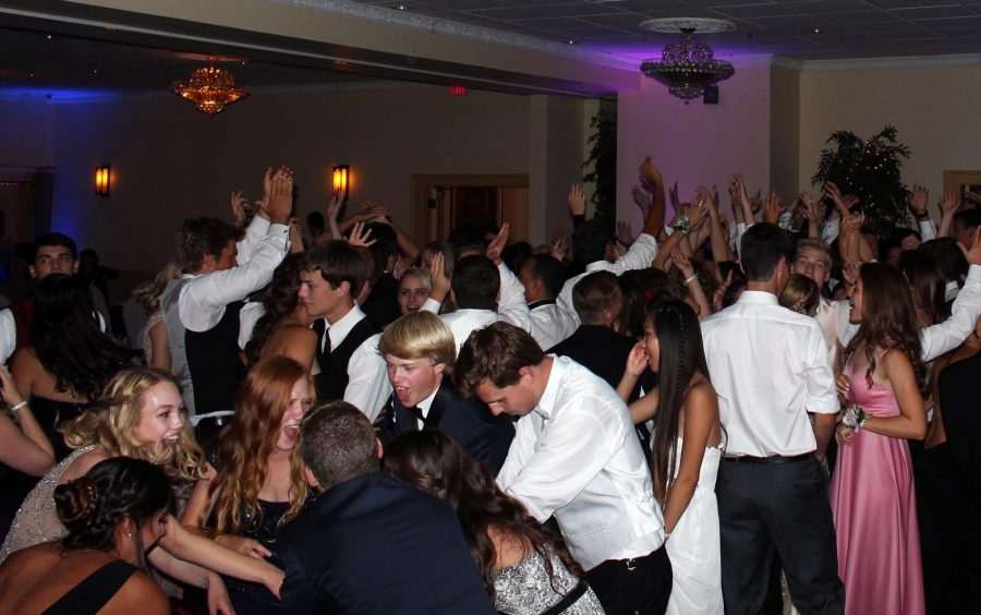 Students+celebrate+the+year+at+masquerade-themed+prom+%2840+photos%2C+Storify%29