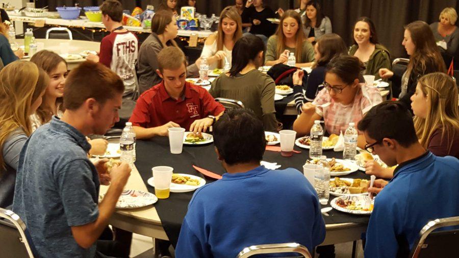 Seniors+revel+in+festivities+at+annual+Thanksgiving+Potluck