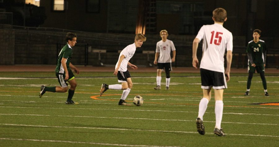 Max+Turville+%2721+dribbles+across+the+field+looking+for+an+open+pass.+Credit%3A+Jason+Messner+%2F+The+Foothill+Dragon+Press