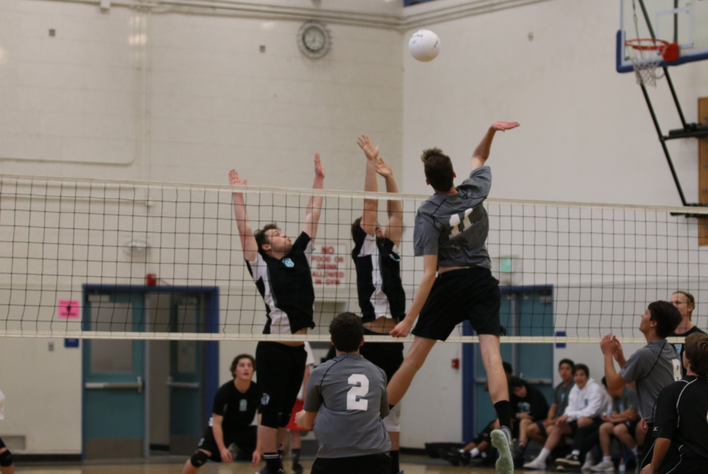 Miles Harvey '19 has a straight shot towards the middle of the court. Credit: Olivia Sanford / The Foothill Dragon Press