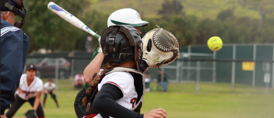 Catcher+Taylor+Wreesman+%2718+reacts+quickly+to+catch+the+ball.+Credit%3A+Claire+Renar+%2F+The+Foothill+Dragon+Press