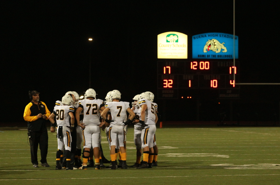 The Cougars huddle up before the start of the fourth quarter. Credit: Jason Messner / The Foothill Dragon Press