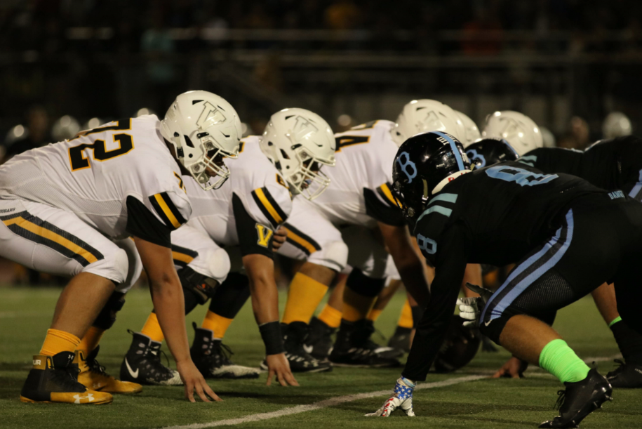 The Cougars, on offense, and the Bulldogs line up head to head for the next play. Credit: Olivia Sanford / The Foothill Dragon Press
