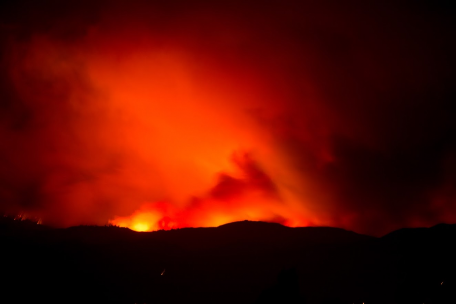 The+red+glow+of+the+Woolsey+Fire+silhouettes+the+Camarillo+mountain+range+as+winds+pick+up.+Credit%3A+Stefan+Fahr+%2F+The+Foothill+Dragon+Press
