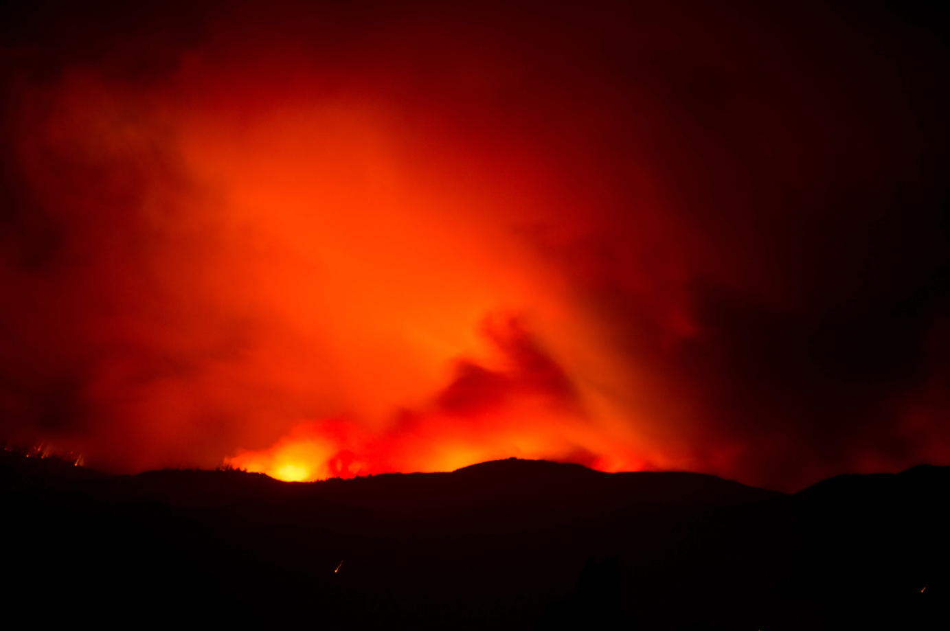 The red glow of the Woolsey Fire silhouettes the Camarillo mountain range as winds pick up. Credit: Stefan Fahr / The Foothill Dragon Press