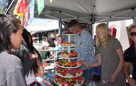 Students receive cupcakes from ASB celebrating 20 years of Foothill