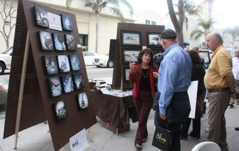 An artist explains their photography to passersby at the Ventura Artwalk last weekend. Chrissy Springer/The Foothill Dragon Press.
