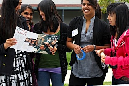 Students rush to join clubs (17 photos)