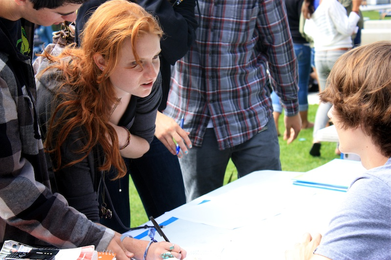 Senior Lauren Sohasky registers for a club while talking to senior Trevor Kirby during Club Rush on Tuesday. Credit: Megan Kearney/The Foothill Dragon Press.