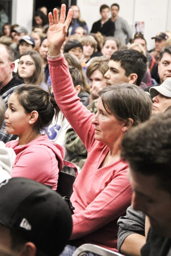 At the Information Night on Thursday, a parent raises her hand to ask a panel of Foothill administrators, teachers and students about the school. Credit: Bethany Fankhauser/The Foothill Dragon Press.
