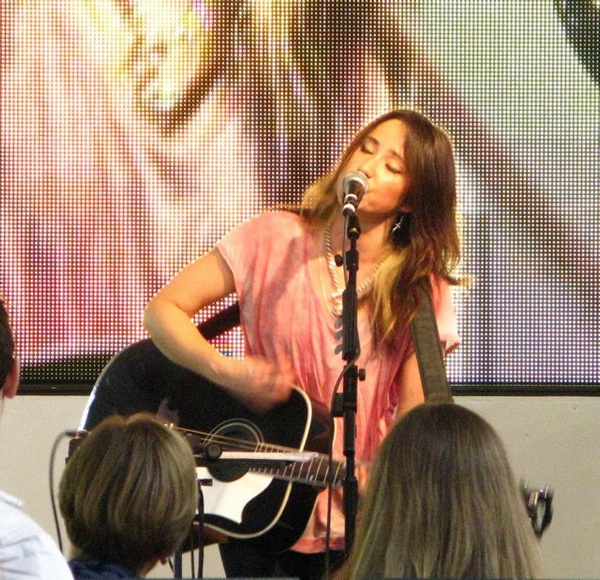 KT Tunstall performs for her latest album. Creative Commons-licensed photo by Steve Selwood on Flickr.·