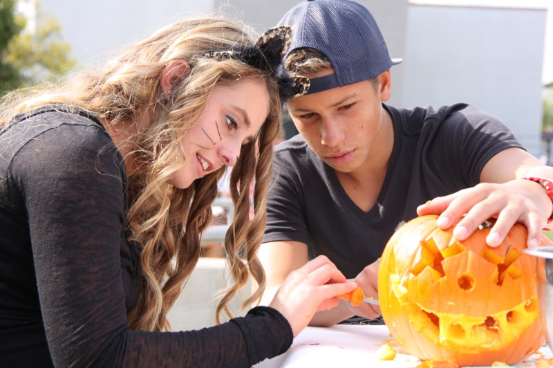 Sophomores Makayla Flinn and Noah Tritschler carve pumpkins with their AVID class. Credit: Stevi Pell/The Foothill Dragon Press