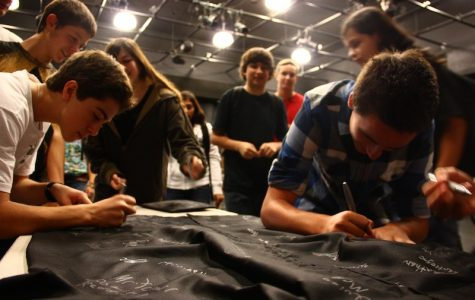 """Freshmen sign their names to pledge that they will """"start strong."""" Credit: Aysen Tan/The Foothill Dragon Press"""