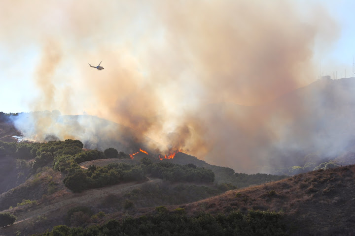 The area behind Arroyo Verde Park caught on fire Monday evening. Credit: Jackson Tovar/The Foothill Dragon Press
