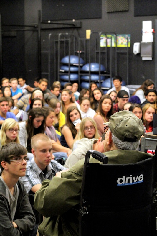 """Holocaust survivor Bernd Simon speaks to sophomores about his experience as both a concentration camp survivor and """"Nazi hunter."""" Credit: Josh Ren/The Foothill Dragon Press"""