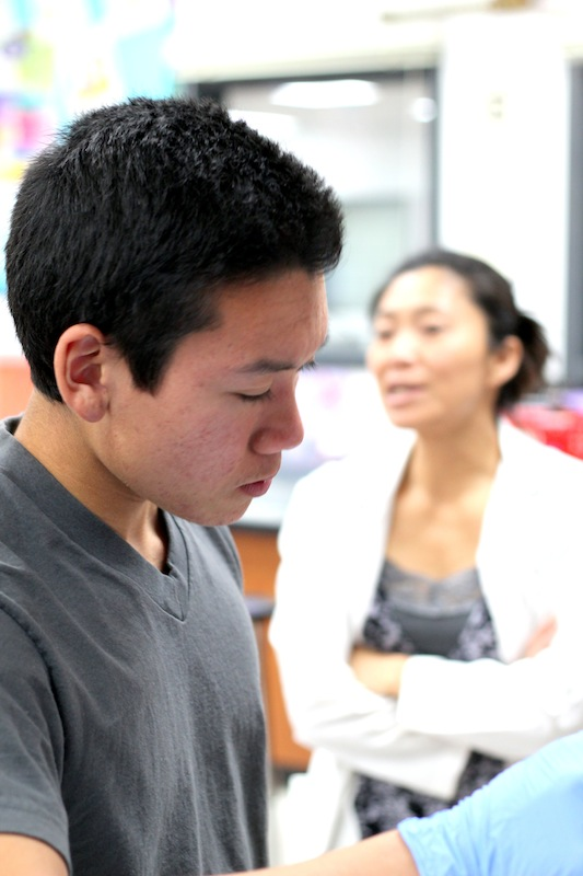 Junior+Norint+Tung+works+on+a+lab+in+Medical+Technology%2C+the+second+course+in+the+BioScience+Academy%2C+while+teacher+Mika+Anderson+instructs+students.+Credit%3A+Josh+Ren%2FThe+Foothill+Dragon+Press