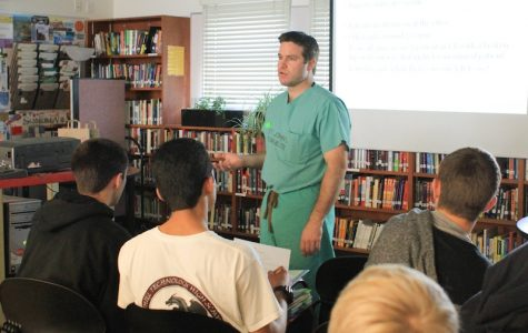 Orthopedic surgeon Jason Hofer spoke to Bioscience Survey members and other Foothill students about his career last Thursday. Credit: Bethany Fankhauser/The Foothill Dragon Press