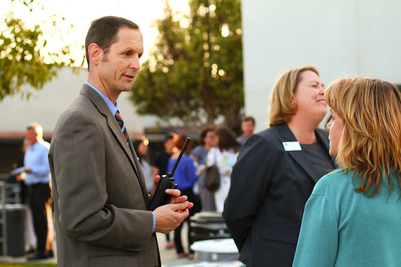 Principal Joe Bova talks with Foothill parent Marie Lakin at Back to School Night on Thursday. Credit: Aysen Tan/The Foothill Dragon Press
